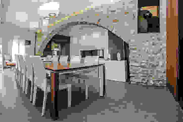 Vivienda Unifamiliar Salones de estilo ecléctico de cota-zero, tenica y construcción integrada, s.l. Ecléctico