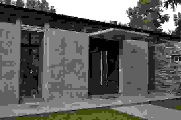 クラシカルな 家 の Baltera Arquitectura クラシック