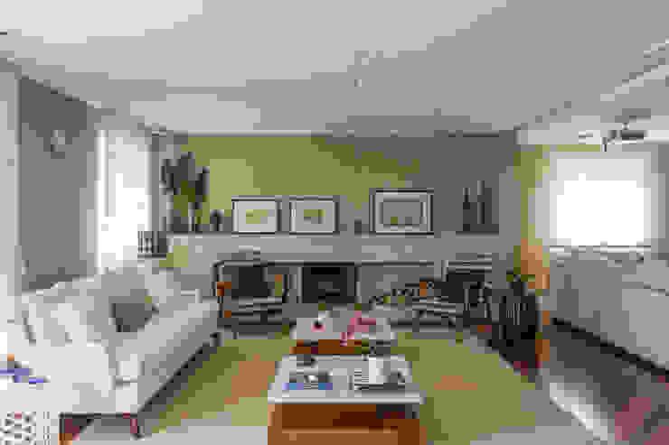 Apartamento Campo Belo 02: Salas de estar  por Karen Pisacane