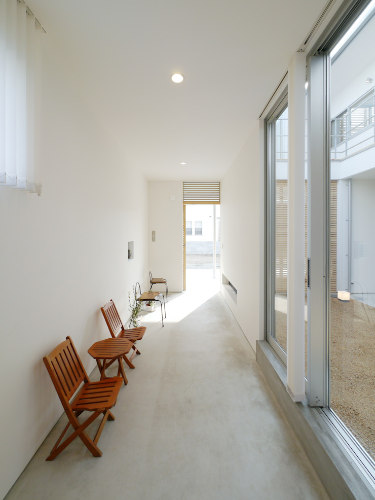 Modern Corridor, Hallway and Staircase by 開建築設計事務所 Modern