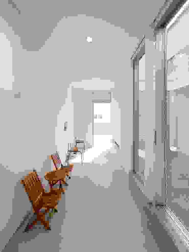 Modern corridor, hallway & stairs by 開建築設計事務所 Modern