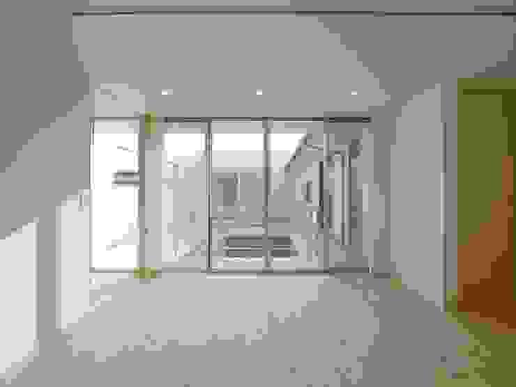 Modern living room by 開建築設計事務所 Modern