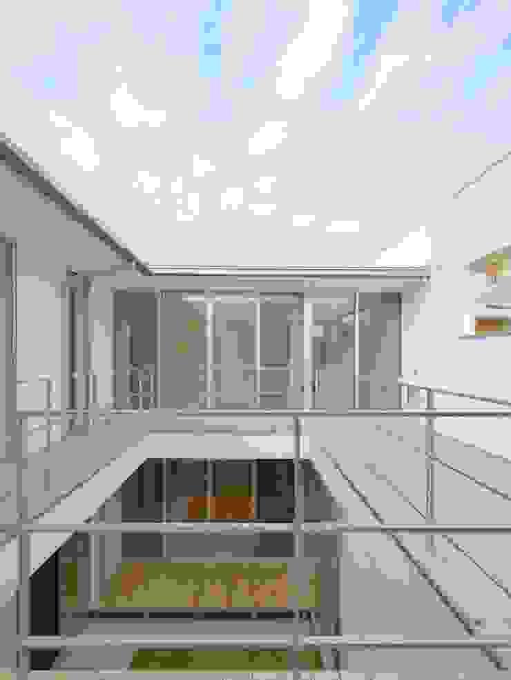 Modern balcony, veranda & terrace by 開建築設計事務所 Modern