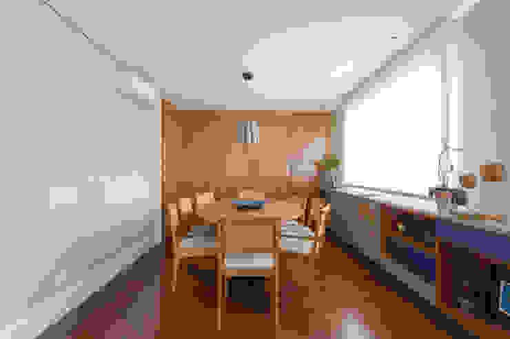 Apartamento Campo Belo 02: Salas de jantar  por Karen Pisacane