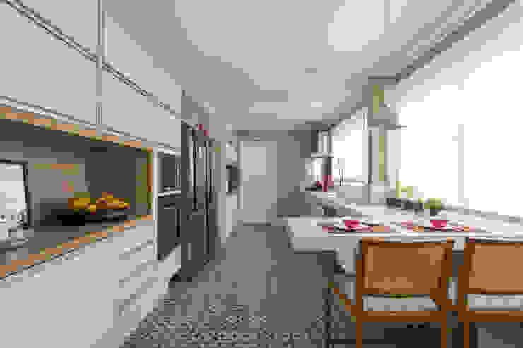 Apartamento Campo Belo 02: Cozinhas  por Karen Pisacane