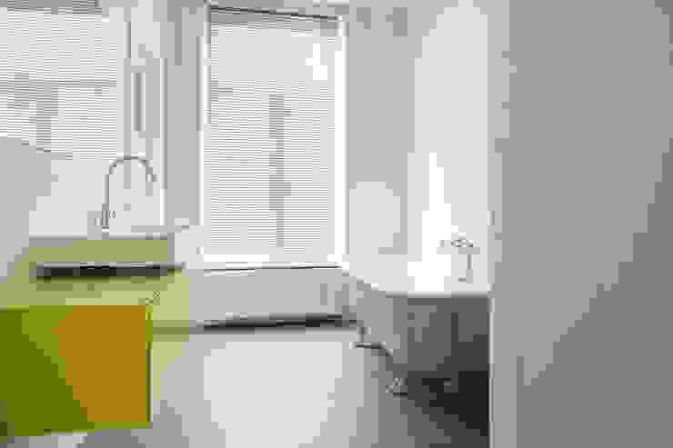 Badkamer 2e, nieuwe situatie:  Badkamer door Voorwinde Architecten,
