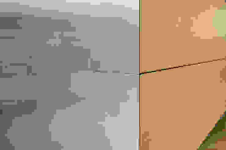 detail zwevend dressoir-keukenblok: modern  door Voorwinde Architecten, Modern