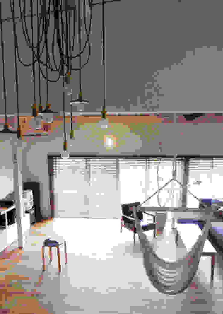「AKIYA HOUSE」 オリジナルデザインの リビング の vibe design inc. オリジナル