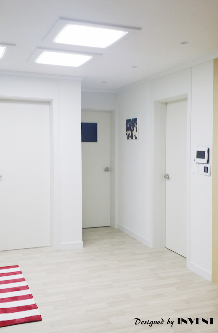 Гостиная в стиле модерн от 인벤트 디자인 Модерн
