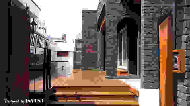 Balcone, Veranda & Terrazza in stile moderno di 인벤트 디자인 Moderno
