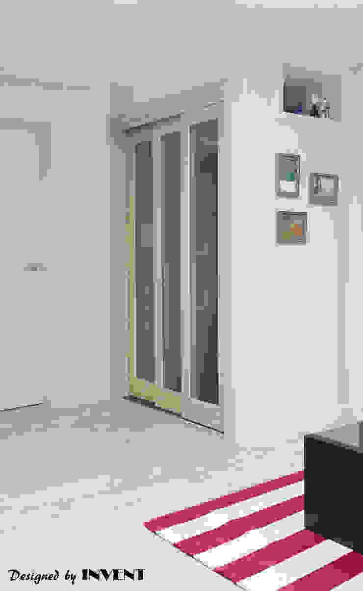 Коридор, прихожая и лестница в модерн стиле от 인벤트 디자인 Модерн