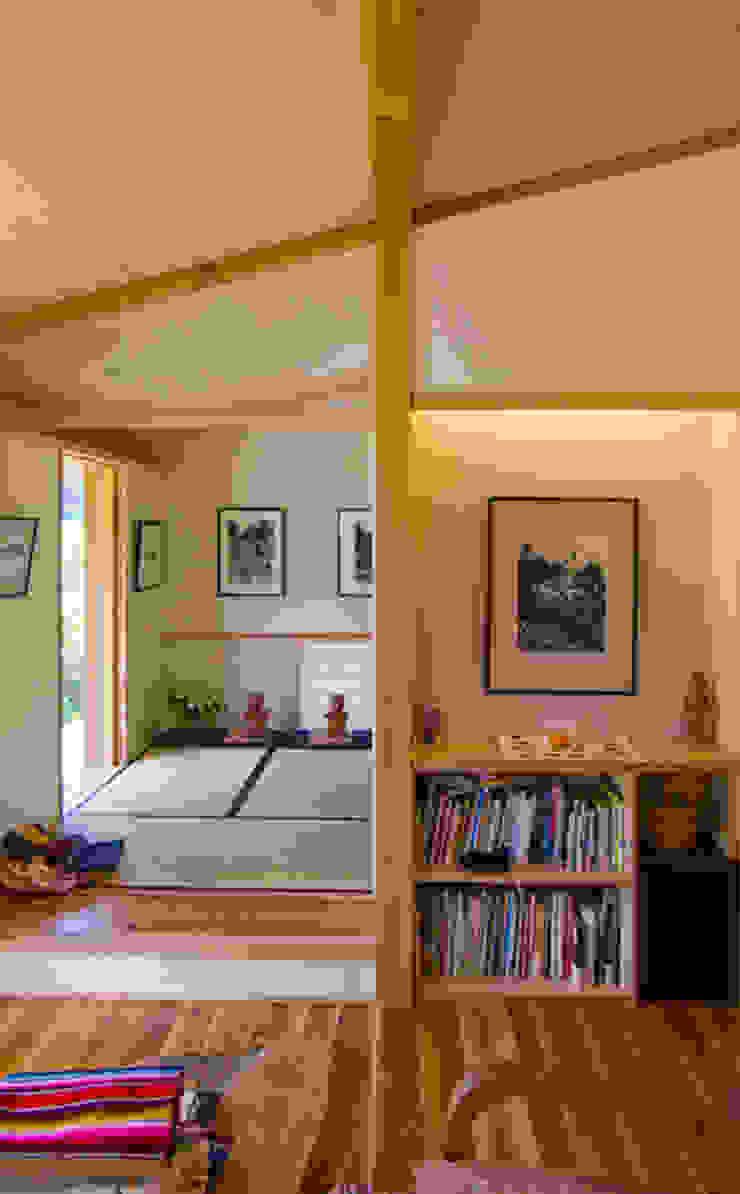 リビングルーム / 和室(予備室) モダンデザインの 多目的室 の nameless Architects モダン