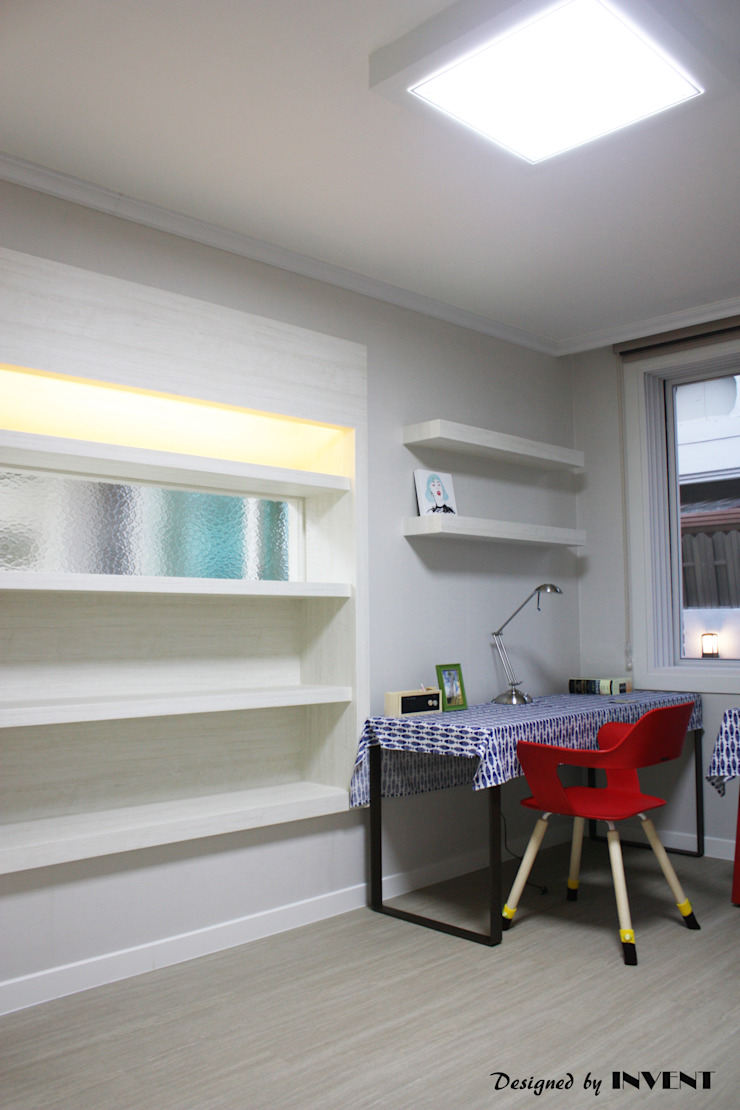 Детская комната в стиле модерн от 인벤트 디자인 Модерн