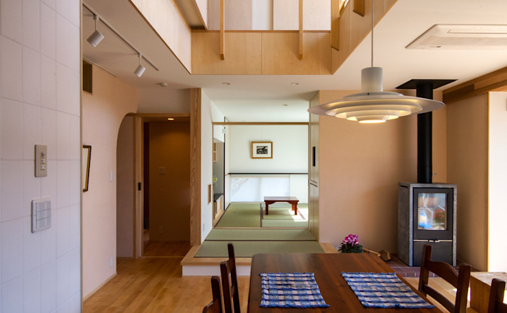 リビングルーム / 和室 モダンデザインの リビング の nameless Architects モダン