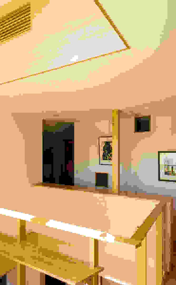 吹抜 モダンスタイルの 玄関&廊下&階段 の nameless Architects モダン