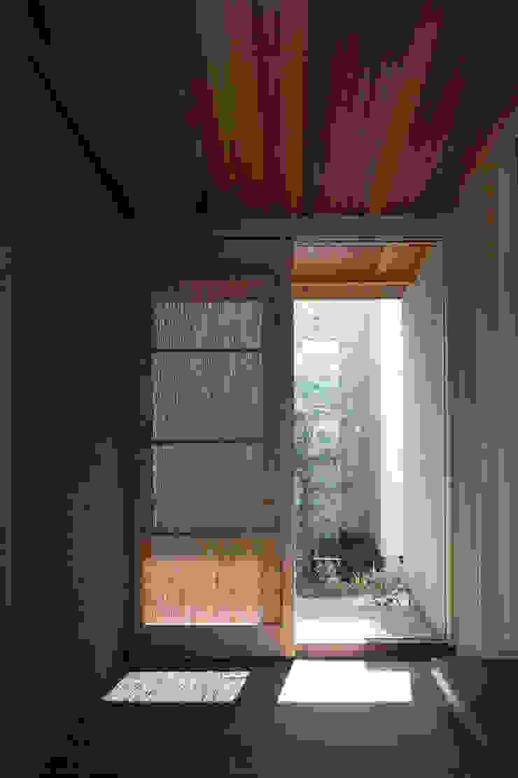 C邸ー大きな屋根の家 和風スタイルの 壁&フローリングデザイン の C-design吉内建築アトリエ 和風