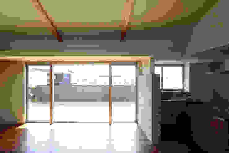 C邸ー大きな屋根の家 モダンな 窓&ドア の C-design吉内建築アトリエ モダン