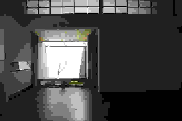 C邸ー大きな屋根の家 和風デザインの リビング の C-design吉内建築アトリエ 和風