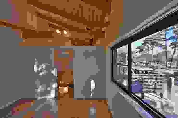 趣味室: 若山建築設計事務所が手掛けた和室です。,和風