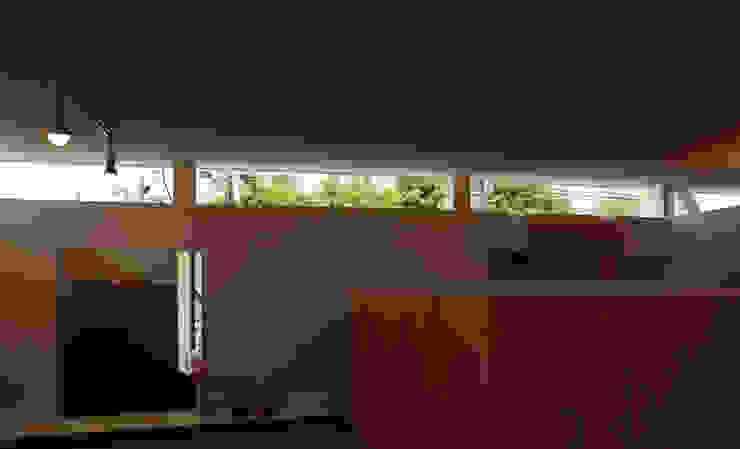 K邸ー白い箱の美容室 モダンな 窓&ドア の C-design吉内建築アトリエ モダン