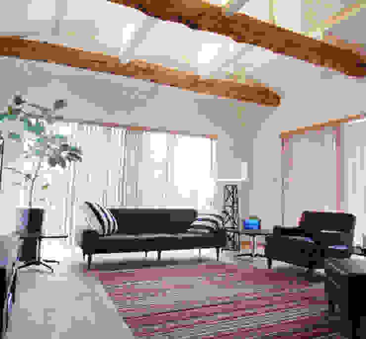 UEHARA HOUSE オリジナルデザインの リビング の vibe design inc. オリジナル
