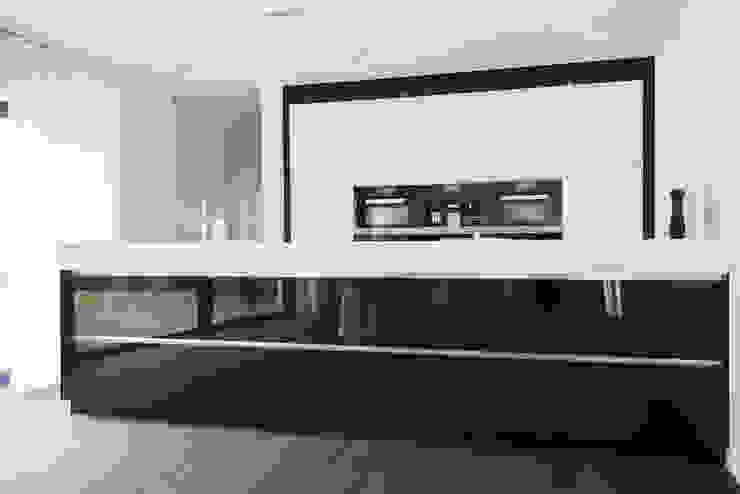 Eigentijds wonen in een rietgedekte villa:  Keuken door Lab32 architecten, Modern