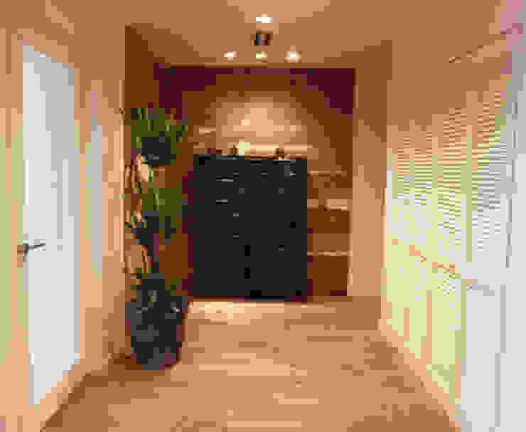 UEHARA HOUSE オリジナルスタイルの 玄関&廊下&階段 の vibe design inc. オリジナル