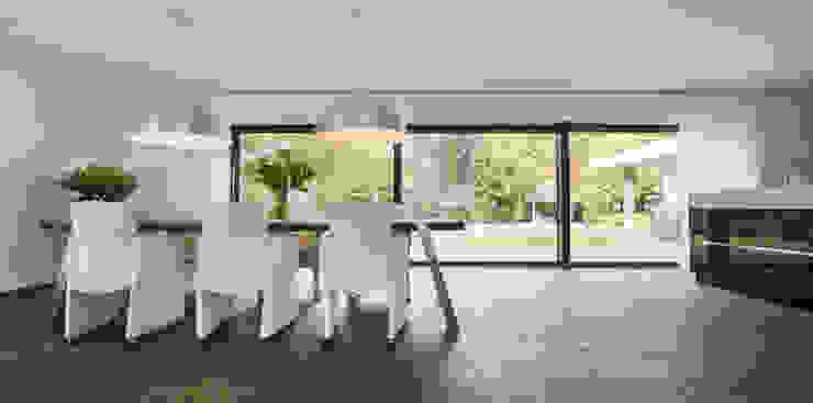 Eigentijds wonen in een rietgedekte villa Moderne eetkamers van Lab32 architecten Modern