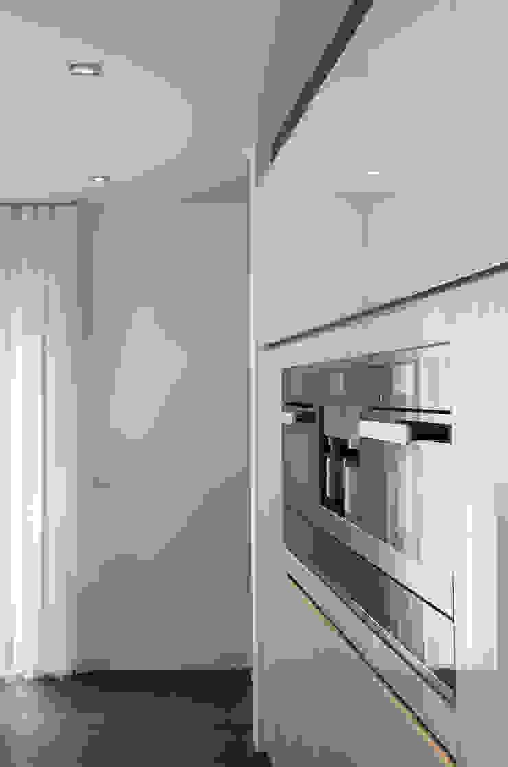 Eigentijds wonen in een rietgedekte villa Moderne keukens van Lab32 architecten Modern