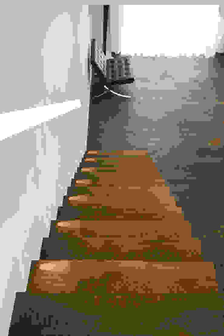 Eigentijds wonen in een rietgedekte villa Minimalistische gangen, hallen & trappenhuizen van Lab32 architecten Minimalistisch