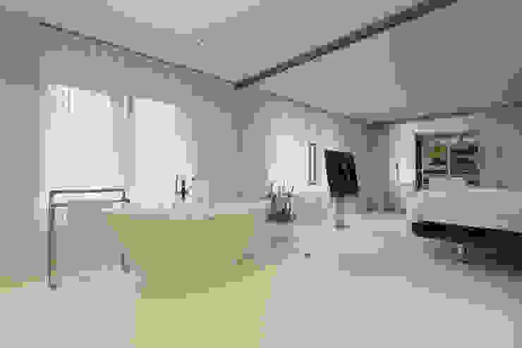 Eigentijds wonen in een rietgedekte villa:  Badkamer door Lab32 architecten, Minimalistisch