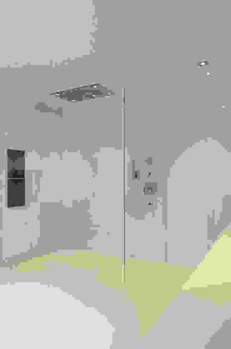 Eigentijds wonen in een rietgedekte villa Moderne badkamers van Lab32 architecten Modern