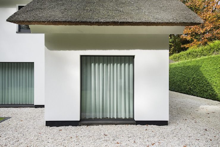 Eigentijds wonen in een rietgedekte villa Moderne huizen van Lab32 architecten Modern