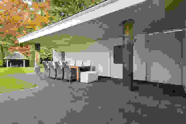 Eigentijds wonen in een rietgedekte villa Moderne balkons, veranda's en terrassen van Lab32 architecten Modern