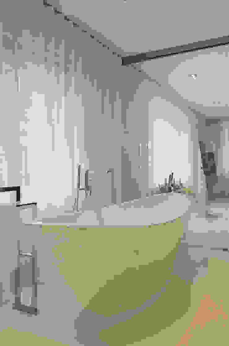 Eigentijds wonen in een rietgedekte villa Minimalistische badkamers van Lab32 architecten Minimalistisch