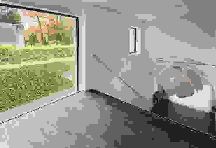 Eigentijds wonen in een rietgedekte villa Moderne gangen, hallen & trappenhuizen van Lab32 architecten Modern