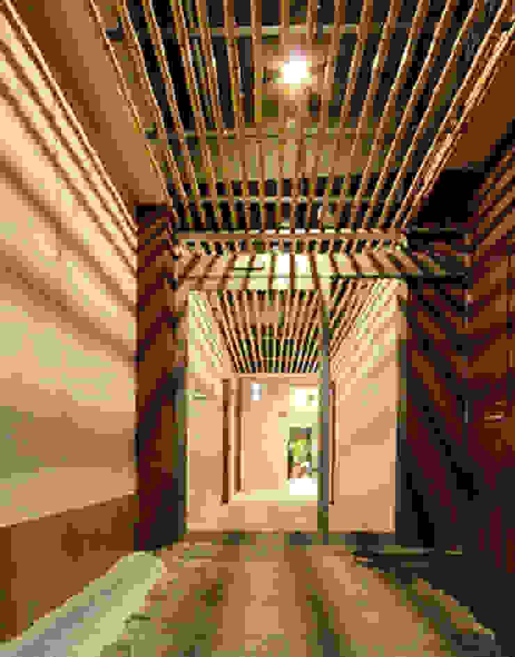 1階、駐車場側出入口: 一級建築士事務所たかせaoが手掛けたミニマリストです。,ミニマル