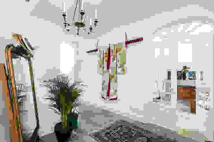 Couloir, entrée, escaliers classiques par shfa Classique