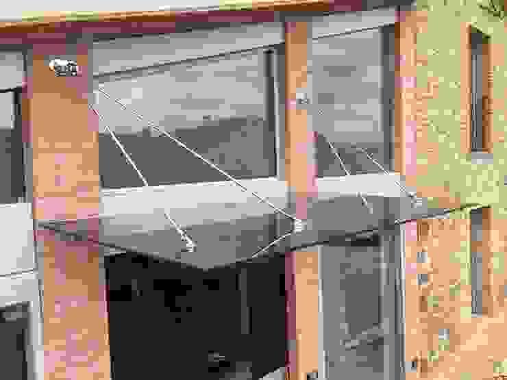 Tettoia in vetro e acciaio Balcone, Veranda & Terrazza in stile moderno di VIVERE IL FUORI Moderno