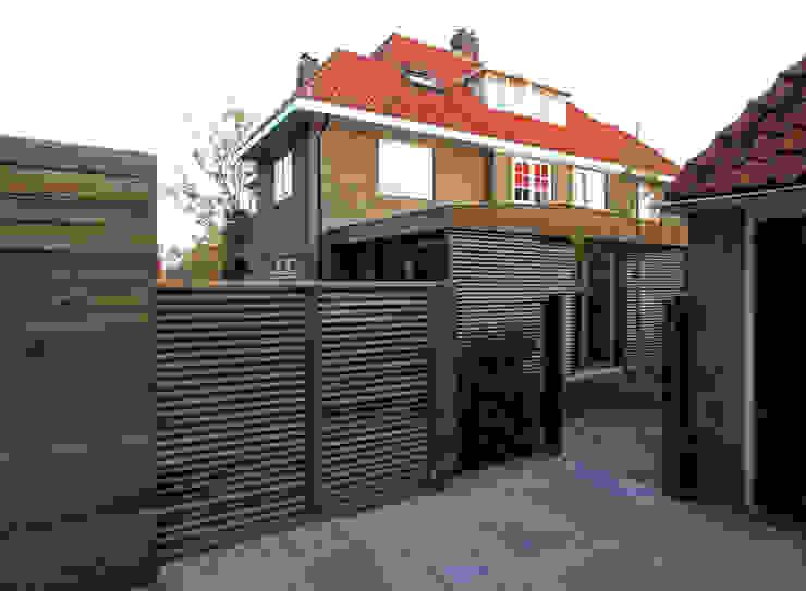 Zicht vanaf toegang achtertuin Moderne serres van Roorda Architectural Studio Modern