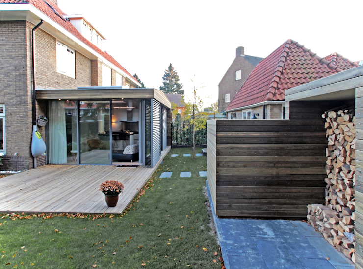 Zicht tussen tuinkamer en opslagruimte 1:  Serre door Roorda Architectural Studio,