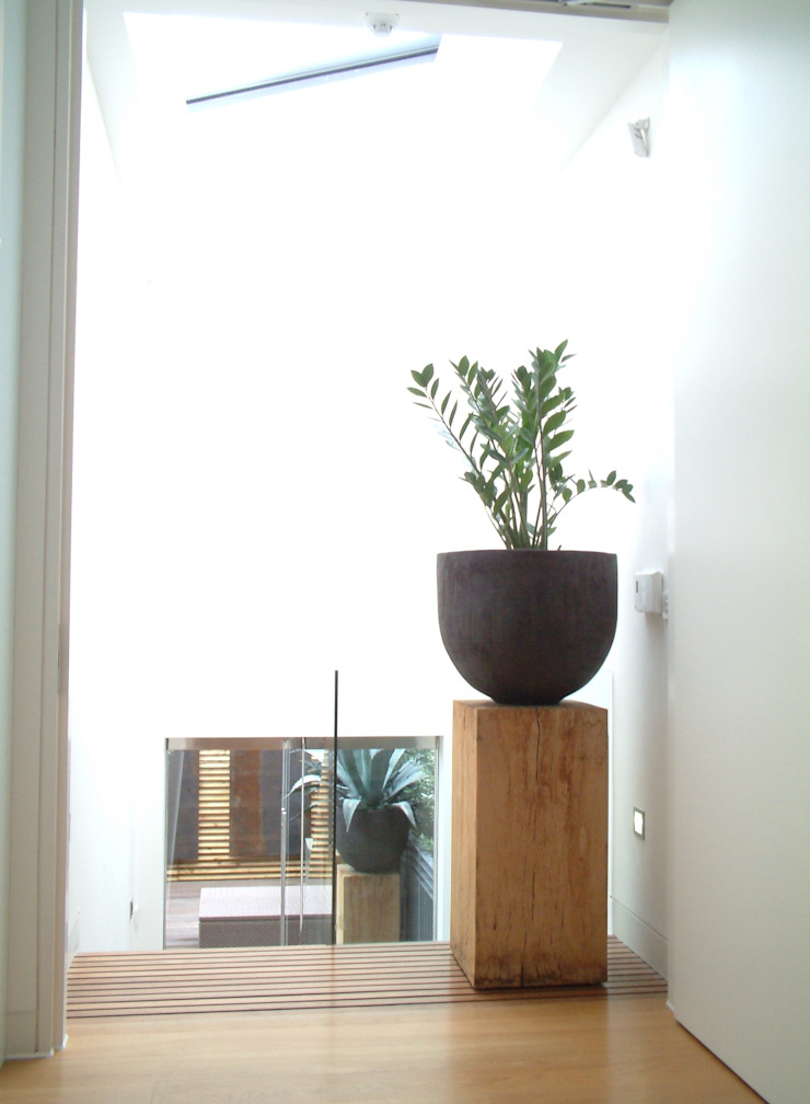 Landing with Oak block and Hand-thrown pot linking to terrace just below through glass doors. Space Alchemy Ltd Pasillos, vestíbulos y escaleras modernos