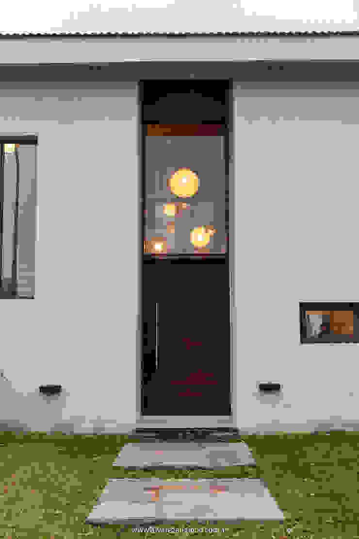 Desde el exterior Casas modernas: Ideas, imágenes y decoración de Estudio Alvarez Angiono Moderno