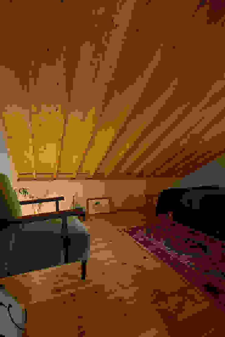 ロフトを利用した来客用寝室 モダンスタイルの寝室 の (株)バウハウス モダン