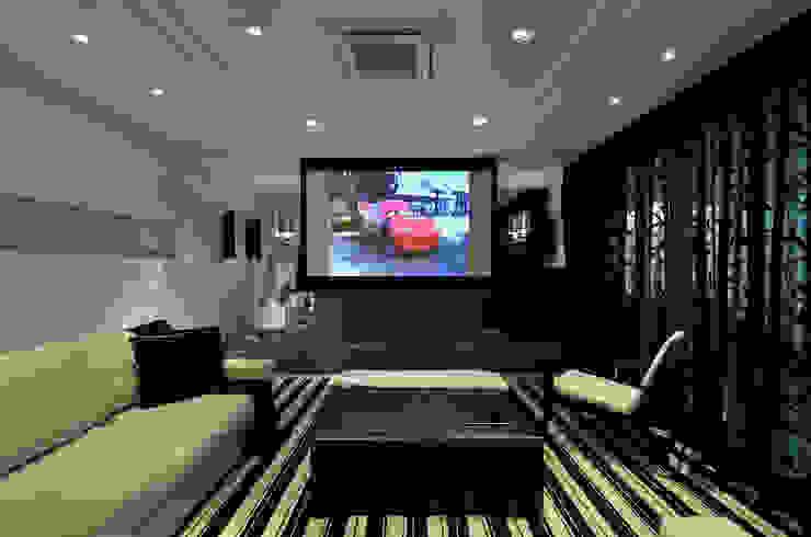 Salas multimedia modernas de Johnny Thomsen Arquitetura e Design Moderno