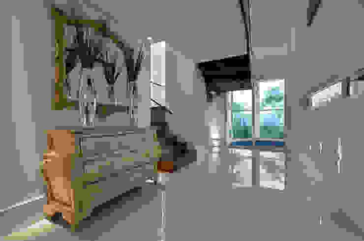 Casa Contemporânea: Corredores e halls de entrada  por Johnny Thomsen Arquitetura e Design