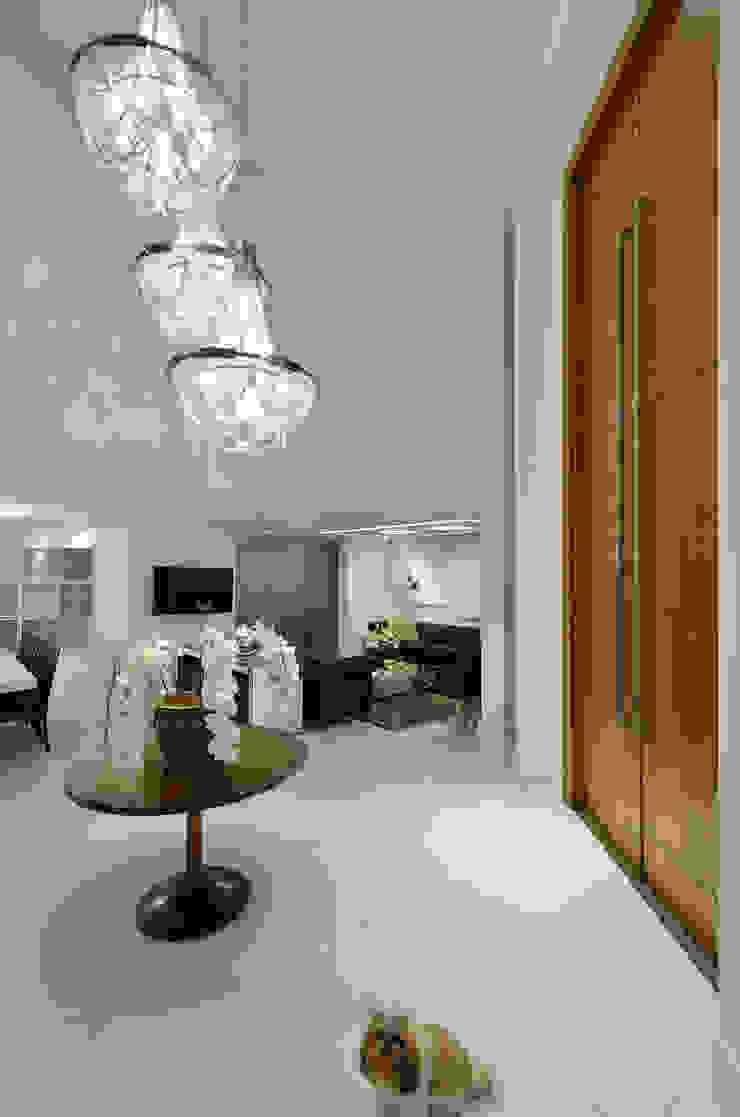 Casa Contemporânea Corredores, halls e escadas modernos por Johnny Thomsen Arquitetura e Design Moderno