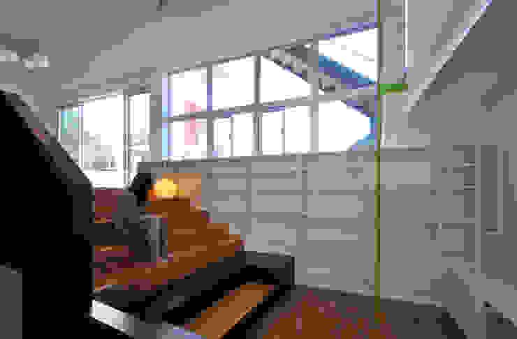 図書館階段のある家 モダンスタイルの 玄関&廊下&階段 の アアキ前田 株式会社 モダン