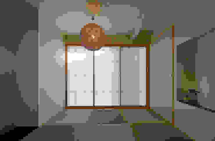図書館階段のある家 モダンスタイルの寝室 の アアキ前田 株式会社 モダン