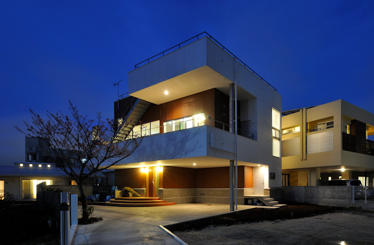 図書館階段のある家 モダンな 家 の アアキ前田 株式会社 モダン